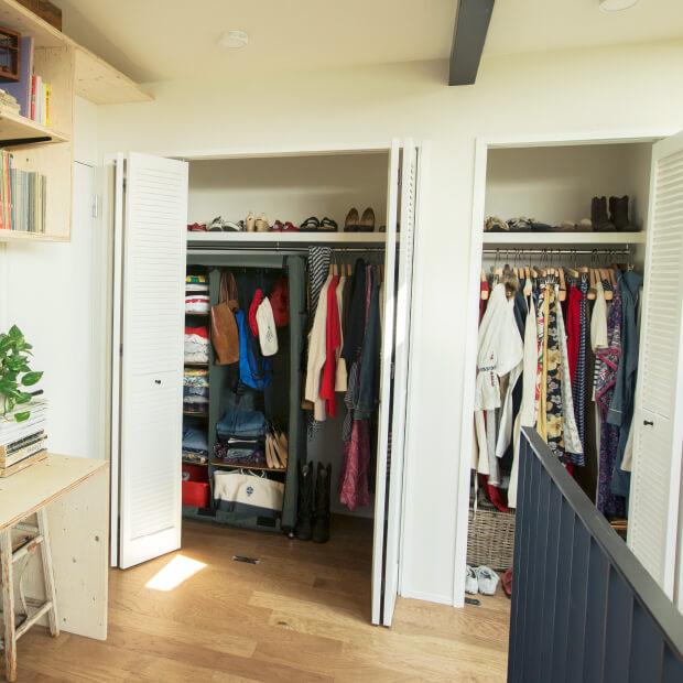 洋服はできるだけハンガーで収納すると、見やすく手に取りやすい。