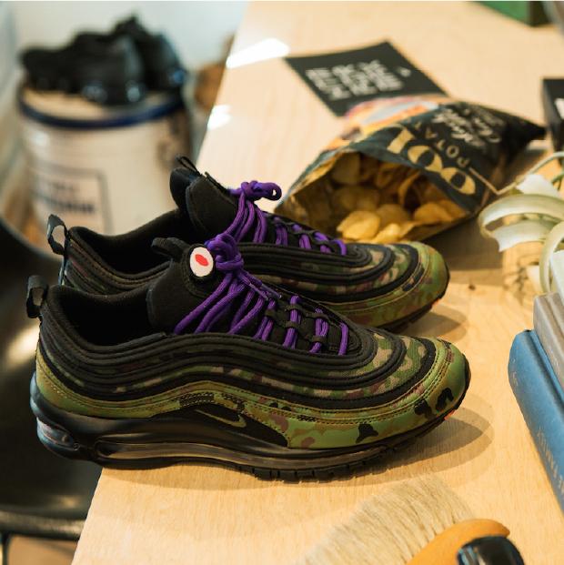カモフラ柄×紫色であえてクセが強い靴をセレクト。