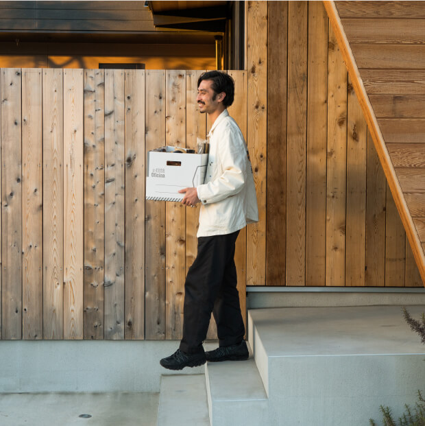 カバンには入らないのでアイテムは箱ごと持って行きます。