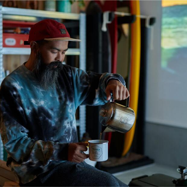 コーヒーを入れる過程が好きだという愛用のステンレスパーコレーター。